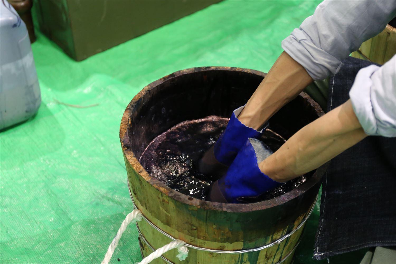 藍染の酢酸で色を定着させる